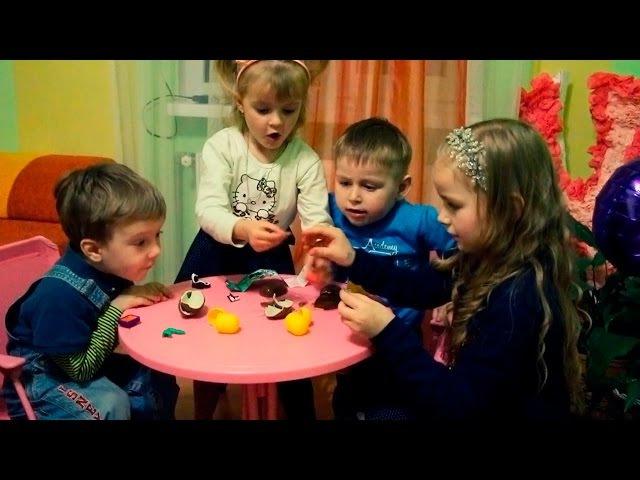 Розпаковуємо Кіндер Сюрпризи з моїми друзями. | Kinder surprise for my friends
