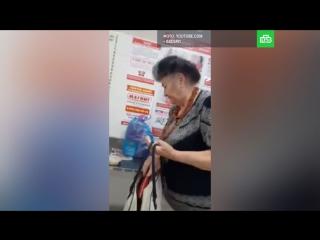 Охранник магазина пристыдил экс-директора своей школы