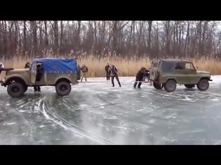 Внедорожники УАЗ и ГАЗ 69 устроили перетягивание каната на льду по бездорожью