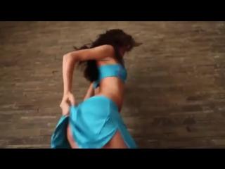 Трахал красивую Келси Монро (Kelsi Monroe) в задницу, потом кончил ей на рот и личико