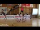 Девушка на велосипеде вытворяет фантастические трюки
