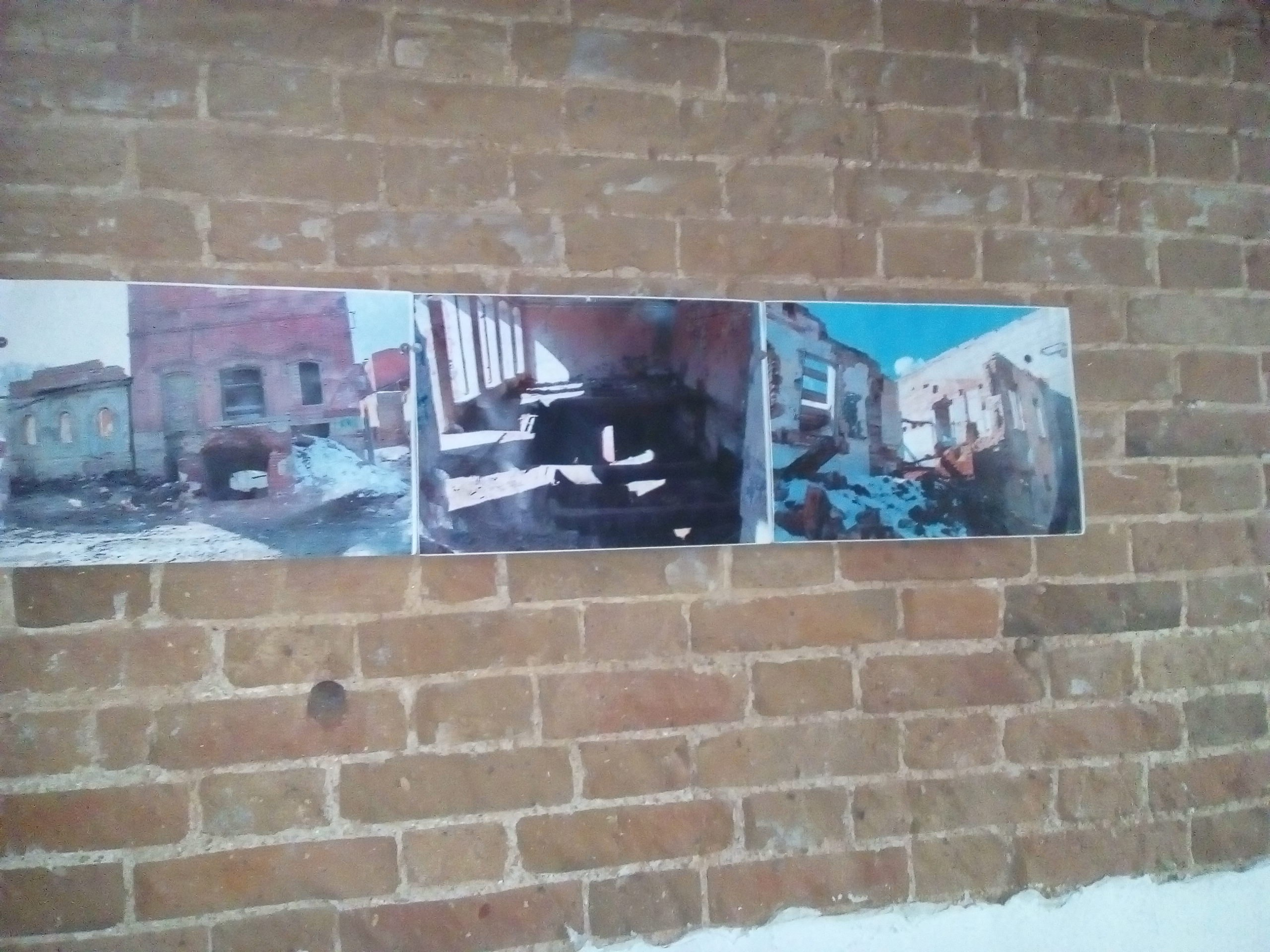 Стены дома украшены красочными фотографиями (27.02.2017)