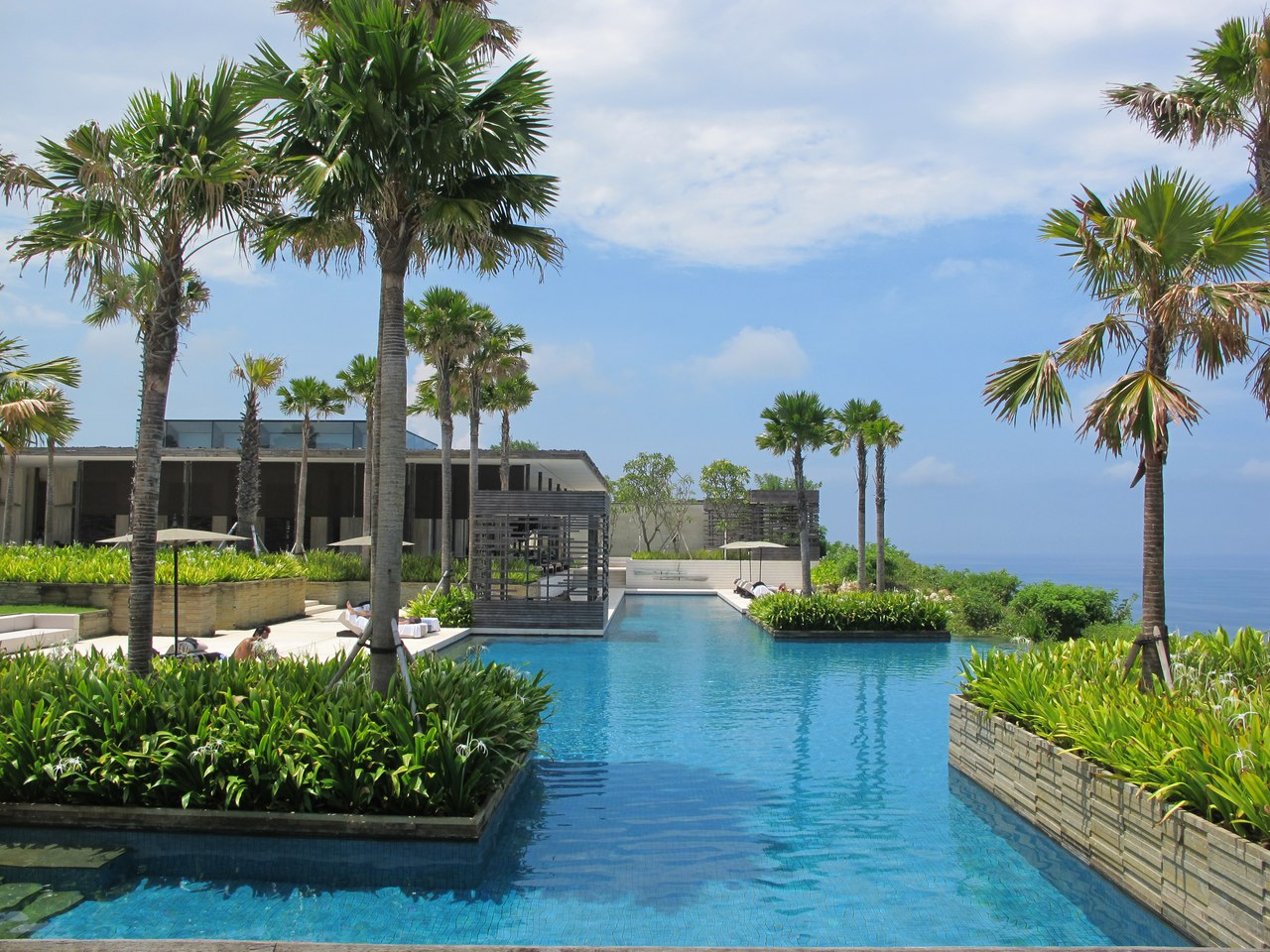 бассейн на острове в отеле на Бали
