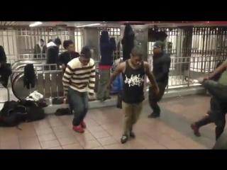 """Брэйкданс в нью-йоркском метро: """"И Ленин такой молодой"""" (Remix) Клинтон была права! Путин повлиял на предвыборную кампанию в США"""