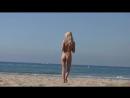 Девушка нудистка с класной попкой голая на пляже.