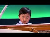 4-летний мальчик играет на рояле как маэстро