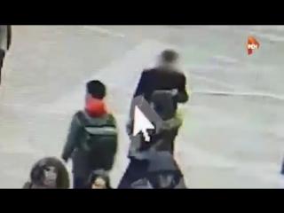 Камера запечатлела предполагаемого виновника после взрыва в метро Петербурга