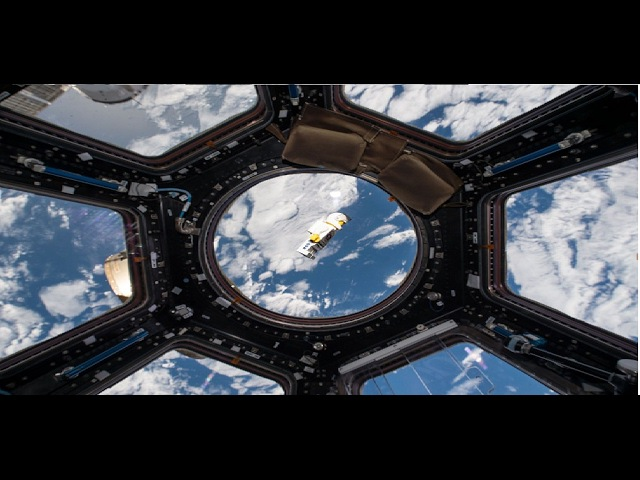 Ремонтная бригада с купола Земли возвращается на базу