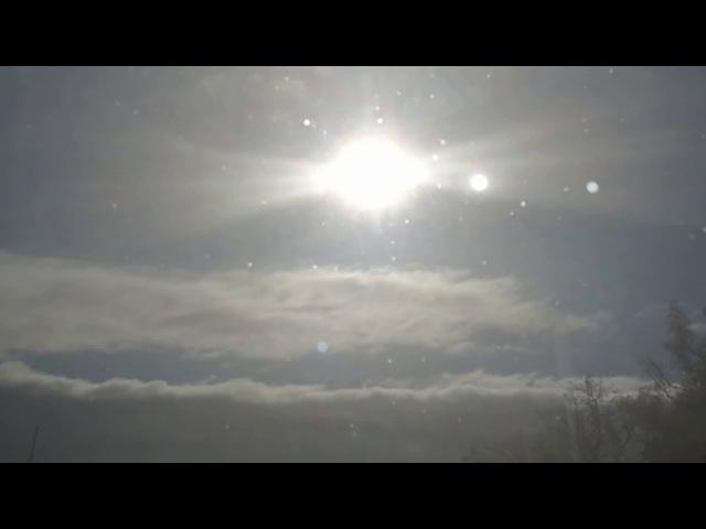 Яркое солнце и рядом еще два непонятных объекта