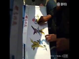 Художник-каллиграф рисует иероглифы имени Ма как лошадь, орел в горах и дракон под солнцем