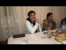Сакен Майғазиев Жандарбек Қайырбектің уйінде əн шырқауда.