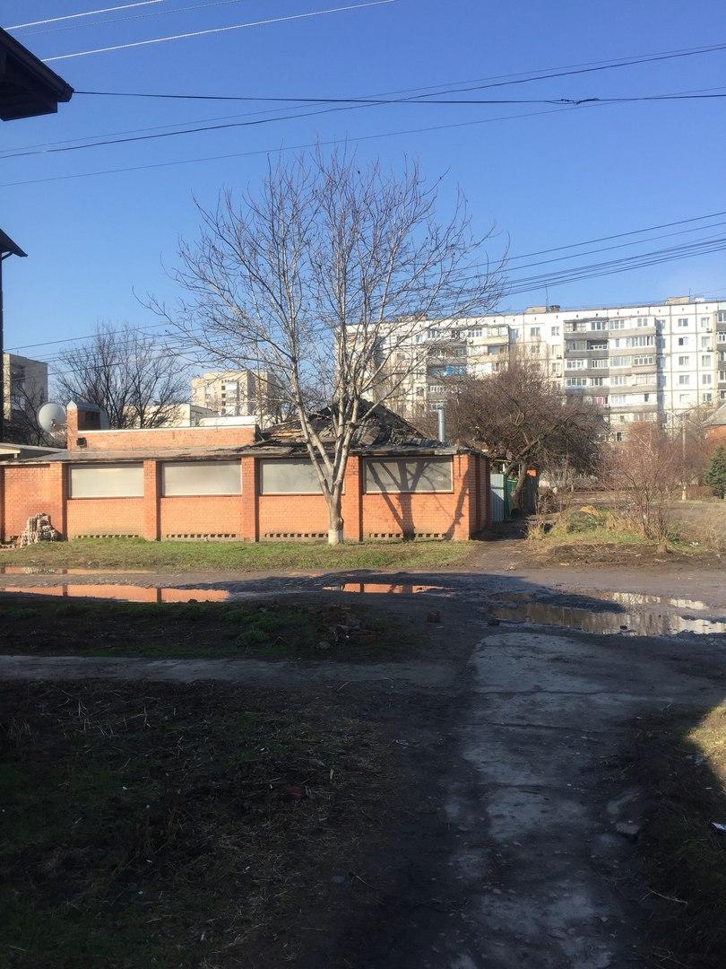 В Таганроге на ул. Котляра сгорел одноэтажный дом и два автомобиля - Mercedes и Hyundai
