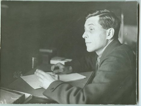 Писатель Михаил Зощенко за работой. 1930-е.