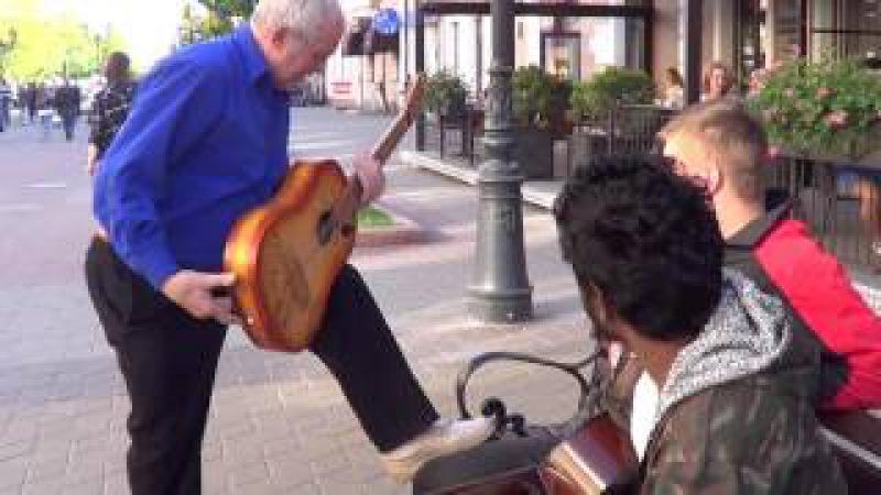 Показал ребятам как надо играть на гитаре... КЛАССНЫЙ МУЗЫКАНТ