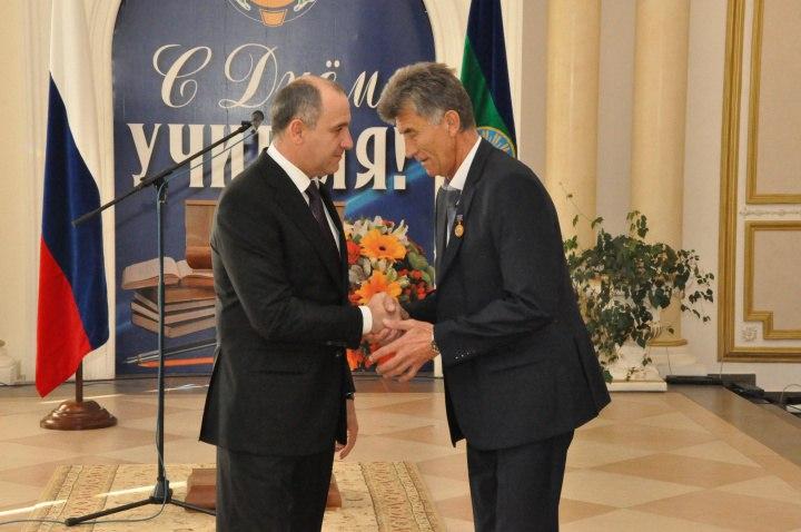 Рашид Темрезов поздравил с Днем учителя работников сферы образования