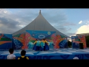 танец с голубыми веерами исполняет ансамбль Чхинсон