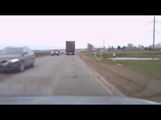Водитель - виртуоз,    управляя фурой , на большой скорости   -  мастерски объехал женщину - пешехода.