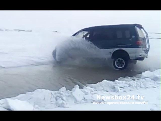 Делика Макквин прыгает через трещину во льду (Круть)