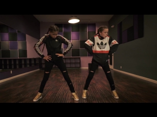 2 маленькие девочки танцуют под хит