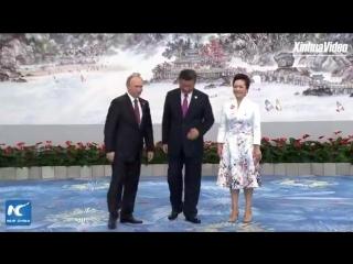 Председатель КНР Си Цзиньпин и его супруга Пэн Лиюань на  приветсвенном банкете для делегаций 9-го саммита БРИКС в прибрежном го