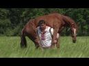 Дмитрий Халаджи носит коня на плечах