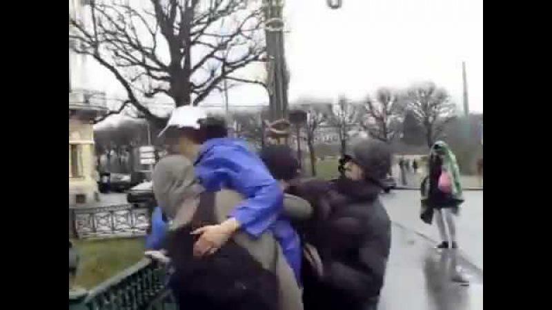 Агитатора Единой России сбросили с моста