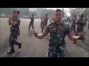 Танцует военнослужащий Khalwa Alya Nairi. Поёт Биз тобу и Бактияр Токторов – Ыйлай ыйлай (Буй-буй)