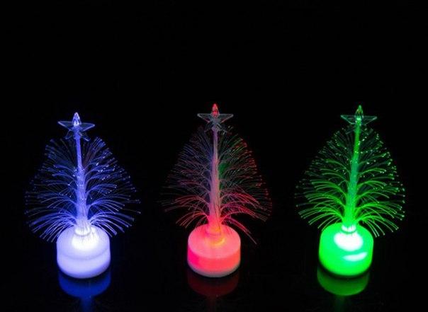 Мини ёлочка  https://ru.aliexpress.com/store/product/1PCS-Hot-sale-Colorful-LED-Fiber-Optic-Nightlight-Christmas-Tree-Lamp-Light-Children-Xmas-Gift/1856288_32729375625.html?detailNewVersion=&categoryId=100001828