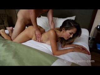 худенькая студентка мастурбирует и сквиртует