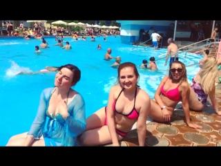 Корпоратив в Армении. Девочки сели фоткаться