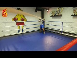 Бокс. Тренировка сайд-степа, встречных ударов и нырков со жгутом, натянутым в ри