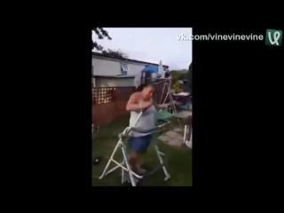 Полная женщина первый раз занимается фитнесом на степпере
