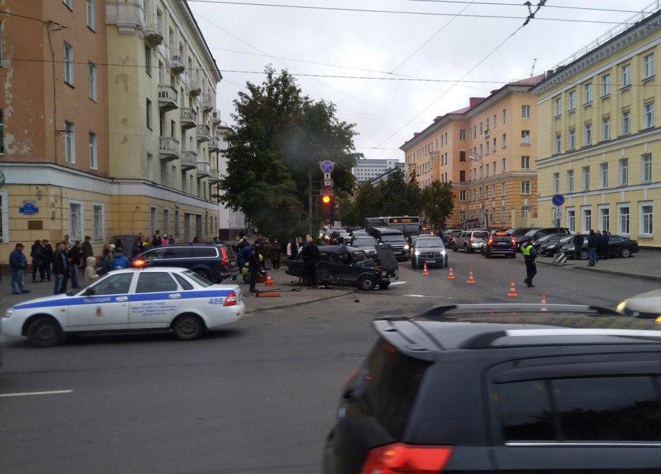 У здания администрации Мурманска столкнулись две машины, есть пострадавшие