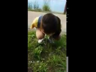 Казашка нюхает цветы