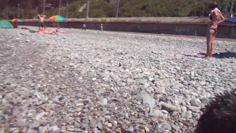 Яша играет на пляже