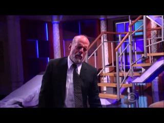 Брюс Уиллис утверждает, что сам делает трюки, но Стивен не верит ему и просит док ...
