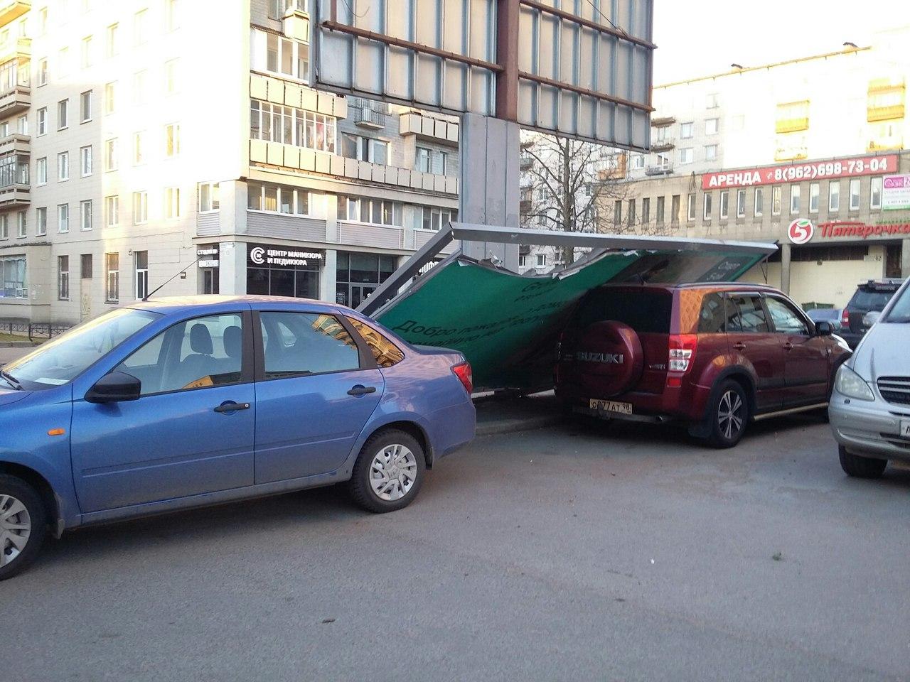 ВПетербурге сорванный ветром рекламный щит сломал две машины