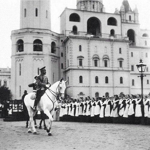 Русские школьницы приветствуют своего императора.
