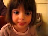 Une petite fille qui raconte une dr