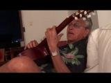 Caetano Veloso cantando