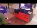 девушка пианистка пытается сыграть на рояли из betman vr