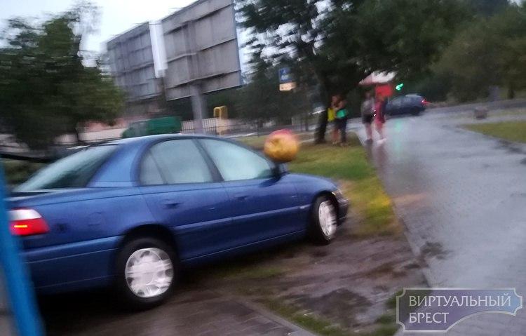 В Бресте автомобиль попал в ДТП и перевернул бочку с квасом