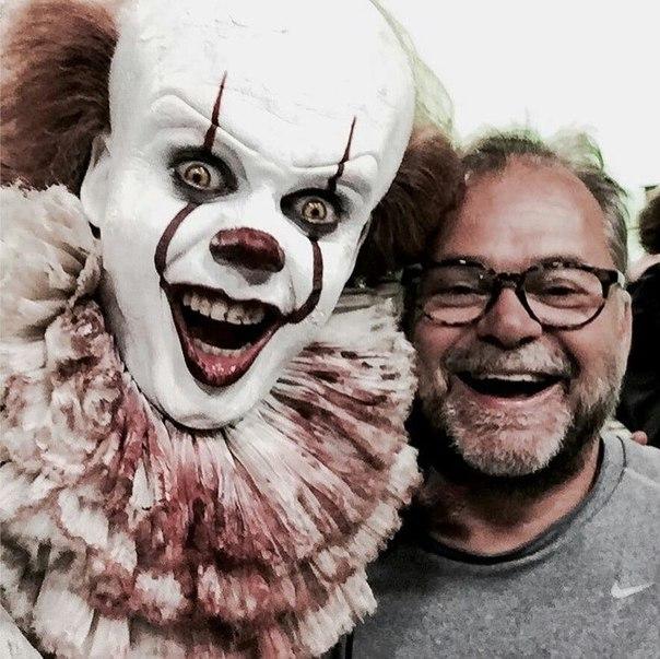 Билл Скарсгард в образе зловещего демона-клоуна Пеннивайза на съемочной площадке фильма ужасов «Оно». Вторая экранизация знаменитого хоррор-романа Стивена Кинга увидит свет 7 сентября.