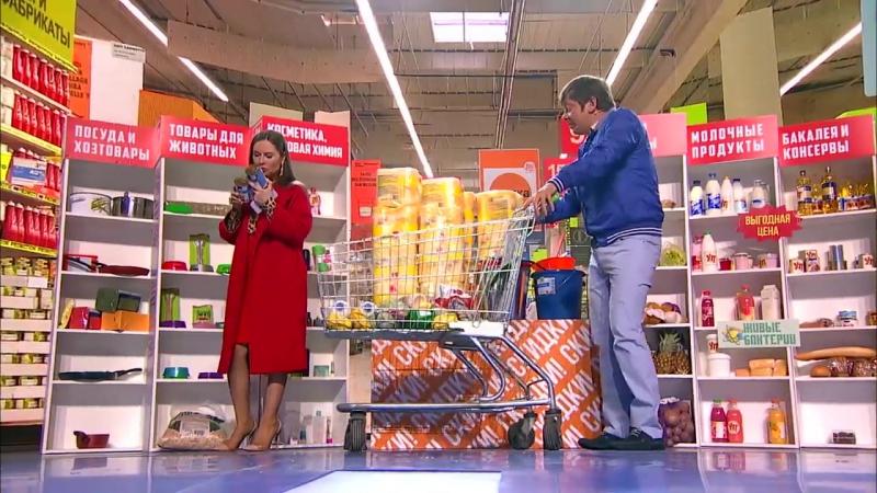 Семейная пара в супермаркете. Уральские Пельмени.