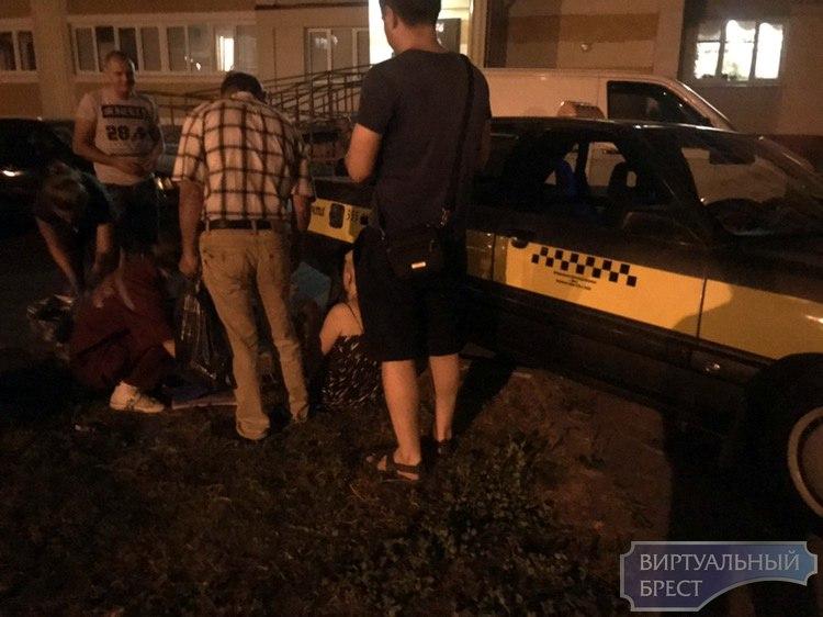Женщина выпала из такси и повредила ногу, потребовалась помощь медиков