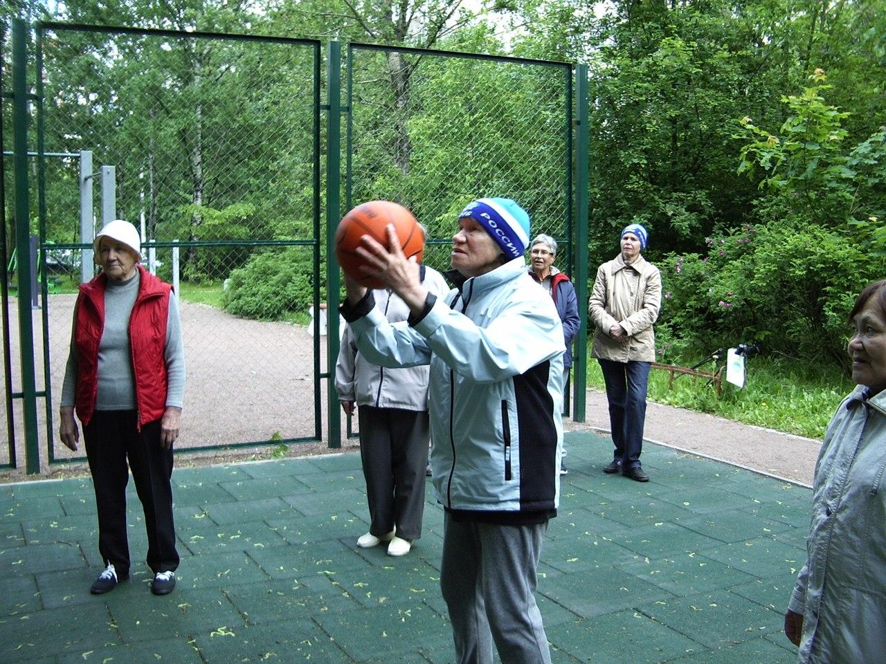 Тренировка группы здоровья Возрождение и броски мяча в кольцо.