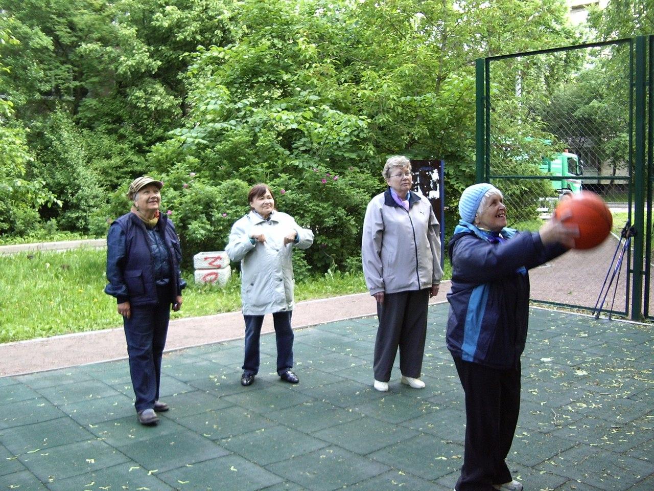 Фототчёт - Броски по кольцу и занятия по Скандинавской ходьбе группы