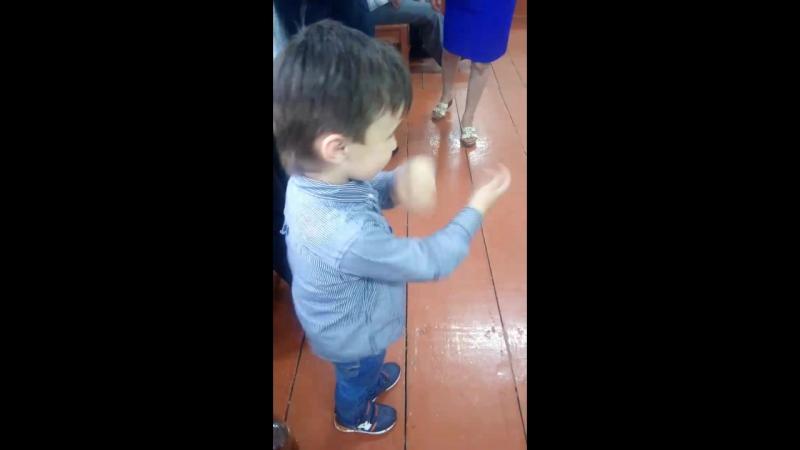 танцует у дяди на выпускном