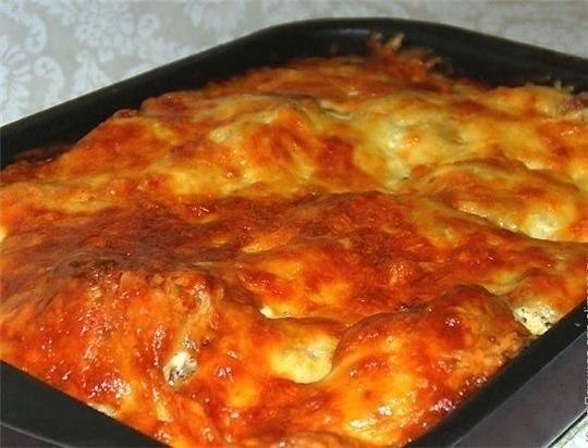 Курица, запеченная с гречкой Крупа пропитывается соком мяса,