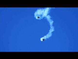Два радиоуправляемых Су-30 в масштабе 16 к 1 выполняют фигуры высшего пилотажа.